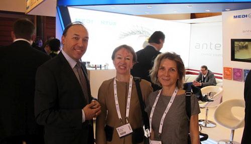 профессор Ю.В. Тахтаев, профессор С.Ю. Анисимова и доктор О. Гайер (Израиль) на конгрессе Европейского общества ESCRS, на выставке офтальмологического оборудования. Чехия, Прага, Февраль 2012.