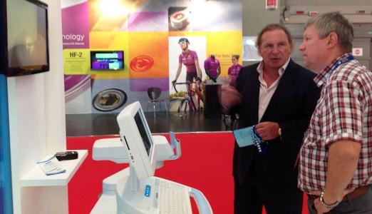 Профессор С.И. Анисимов и профессор Мюллер (США) в ходе конгресса Европейского общества катарактальных и рефракционных хирургов в Милане обсуждают методику локального кросслинкинга