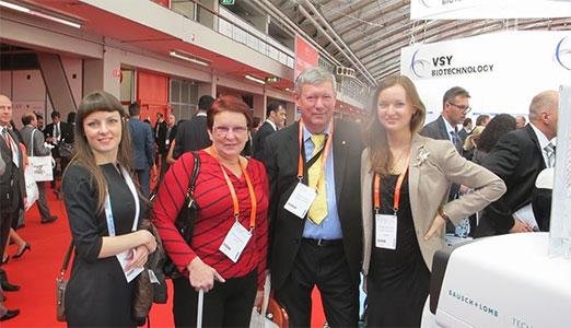 Профессор С.И. Анисимов, специалист глазного центра «Восток-Прозрение» Н.С. Анисимова с коллегами на конгрессе ESCRS в Амстердаме 2013