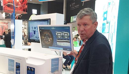 Проф. С.И. Анисимов на конгрессе ESCRS в Барселоне осматривает новое оборудование для лечения аномалий рефракции